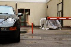 L'automobile sportiva è parcheggiata su parcheggio Immagine Stock