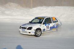L'automobile sportiva si trasforma in un pattino sulla pista ghiacciata Fotografia Stock Libera da Diritti