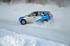 L'automobile sportiva si trasforma in un pattino sulla pista ghiacciata fotografie stock libere da diritti
