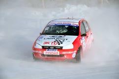 L'automobile sportiva si trasforma in un pattino sulla pista ghiacciata Fotografia Stock