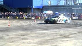 L'automobile sportiva sta andando alla deriva al rallentatore Fotografia Stock