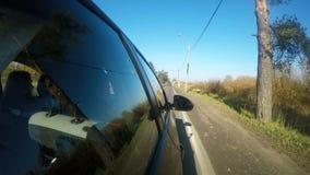L'automobile sta guidando lungo il vicolo giusto della strada stock footage