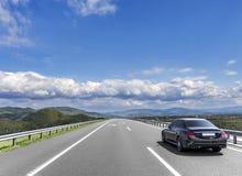 L'automobile sta guidando sulla strada principale ad alta velocità Immagini Stock