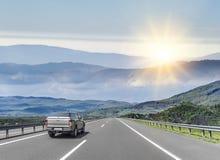 L'automobile sta guidando sulla strada principale ad alta velocità Fotografia Stock