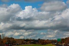 L'automobile sta guidando sulla strada principale ad alta velocità, sui precedenti del cielo nuvoloso blu Immagini Stock Libere da Diritti