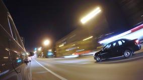 L'automobile sta muovendosi all'alta velocità sulla strada di città di notte Immagini Stock Libere da Diritti