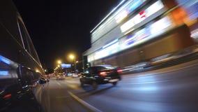 L'automobile sta muovendosi all'alta velocità sulla strada di città di notte Fotografie Stock Libere da Diritti