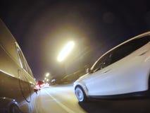 L'automobile sta muovendosi all'alta velocità sulla strada di città di notte Immagini Stock