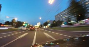 L'automobile sta muovendosi all'alta velocità sulla strada di città di notte Fotografie Stock