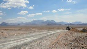 l'automobile sta muovendosi lungo una strada abbandonata archivi video