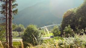 L'automobile su una strada di bobina nelle montagne archivi video