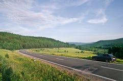 L'automobile sul bordo della strada nella foresta Immagine Stock Libera da Diritti