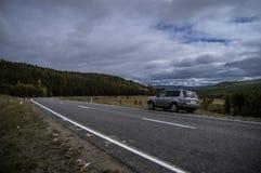 L'automobile sul bordo della strada nelle montagne Fotografia Stock Libera da Diritti