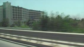 l'automobile va sulla strada e visibile dalla finestra di bei, hotel moderni archivi video