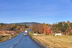 L'automobile va sulla strada principale rurale di tornitura Fotografie Stock