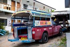 L'automobile variopinta del tuk del tuk in Tailandia sul di Koh Samui è nell'iarda senza gente Immagine Stock