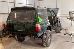 L'automobile verde dopo un grave incidente con completamente tagliata fotografie stock libere da diritti