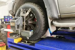 L'automobile 4WD subisce la ruota allinea in garage Fotografia Stock