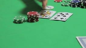 L'autopsia delle tre carte sulla caduta, giocante il primo piano del poker stock footage