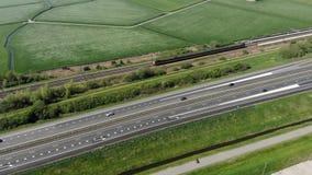 L'autoroute aérienne de longueur dans la Hollande et le train interurbain se déplace rapidement banque de vidéos