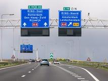 L'autoroute A4 avec le trafic et l'itinéraire signe, la Haye, Pays-Bas Photo stock