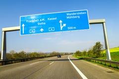 L'autoroute bleue signent plus de la route en Allemagne le jour ensoleillé Image stock