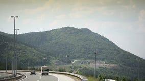 L'autoroute croate a1 de route d'autoroute présentent le tunnel dans la montagne banque de vidéos