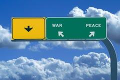 L'autoroute signent dedans les cieux nuageux bleus affichant la guerre et Images libres de droits