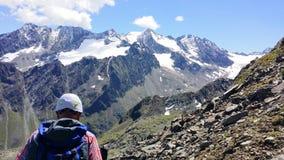 l'autriche ` Alpin de Stubai de ` de région Le grimpeur sur un chemin de montagne photos stock