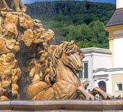 L'Autriche, Salzbourg, fontaine sur Residenzplatz Images stock