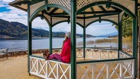 L'Autriche - une fille s'asseyant sur l'Altana par le lac images stock