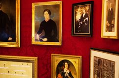 L'Autriche, Vienne 18 février 2014 : Café de Sacher d'hôtel Beaucoup de photos sur le mur Image stock