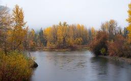 L'autunno AR fronteggia il parco dell'acqua in Leavenworth con il fiume Immagine Stock