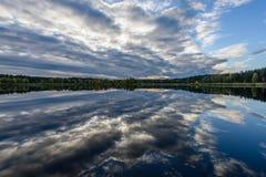 l'autunno ha colorato gli alberi sulla riva del lago con le riflessioni in wa Fotografia Stock