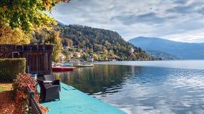 L'autunno nella città di Millstatt vede Montagne delle alpi, Austria Immagine Stock