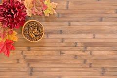 L'autunno rimane il fondo di legno con lo spazio della copia immagine stock libera da diritti
