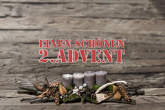 L'avènement de décoration de Joyeux Noël brûlant la bougie grise a brouillé l'Allemand 2ème de message textuel de fond Images stock