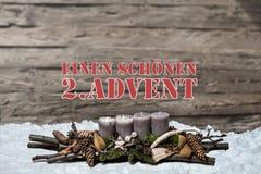L'avènement de décoration de Joyeux Noël brûlant la bougie grise a brouillé l'Allemand 2ème de message textuel de neige de fond Image stock