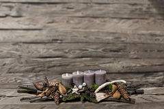 L'avènement de décoration de Joyeux Noël brûlant la bougie grise a brouillé le message 2ème de l'espace des textes de fond Images libres de droits