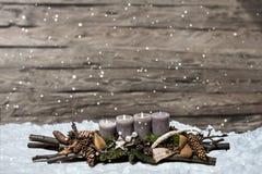 L'avènement de décoration de Joyeux Noël brûlant la bougie grise a brouillé le message 3ème de l'espace des textes de neige de fo Images libres de droits