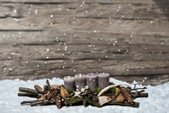 L'avènement de décoration de Joyeux Noël brûlant la bougie grise a brouillé le message 2ème de l'espace des textes de neige de fo Photographie stock libre de droits