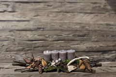 L'avènement de décoration de Joyeux Noël brûlant la bougie grise a brouillé le message 1er de l'espace des textes de fond Images stock