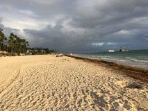 L'avant blanc de plage maintenant de la station de vacances de Larimar en République Dominicaine de Punta Cana photo libre de droits