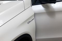 L'avant de l'amortisseur d'une voiture blanche d'une classe représentative d'affaires de la marque du coupé 63s AMG de Mercedes-B photo stock