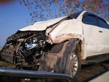 L'avant de la voiture blanche obtiennent endommagé accidentellement sur la route image libre de droits