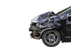 L'avant de la voiture noire obtiennent endommagé accidentellement sur la route D'isolement images libres de droits