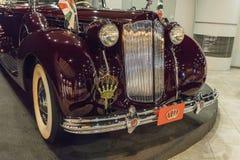 L'avant de Packard douze, phaéton 1938, corps de Double-capot par Rollston à l'exposition dans le musée de voiture du Roi Abdulla images libres de droits
