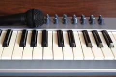 L'avant de petit pain de piano de synthétiseur et le microphone de voix regardent le plan rapproché Photos stock