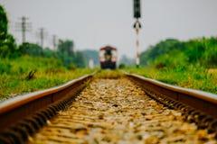 L'avant de photo d'angle faible du vieux train a mené avec le fou électrique diesel photos stock
