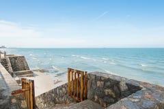 L'avant de plage de roche au mur photographie stock